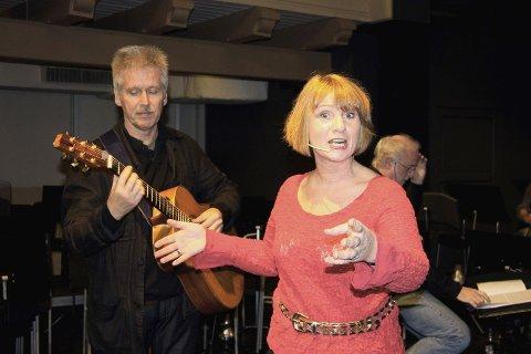 Ekteparet Gisle Erlien og Randi Kveine fra Nydalen er ute med ny plate der de tar for seg norsk poesi. Her er de avbildet under prøvene til østkantkabareten «Jaggu har vi stil» på Sagene festivitetshus for et par år siden.