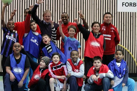 Gutta på fotballpartiet fikk besøk av selveste fotballpresident Yngve Hallén. Bak fra venstre: Raymond, Yngve Hallén, Mathias, Phu. Midten fra venstre: Nicholas, Saman, Birhad, Reda, Oussama. Foran fra venstre: Ahmed, Jetmir, Adem, Mohammed, Navas, Roble.