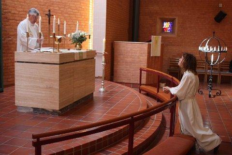 Søndag knelte Silje Sørebø ved alterringen i Holmlia kirke og ble ønsket lykke til som sogneprest av avtroppende sogneprest Henning Olsson som nå går tilbake til sin opprinnelige stilling som sogneprest i Hauketo/Prinsdal.
