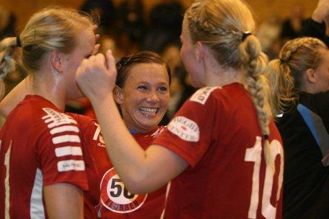Smilet er aldri langt borte hos Kine Rustad Kristiansen. Her jubler hun sammen med Fredrikstad etter å ha slått NIF forrige sesong.