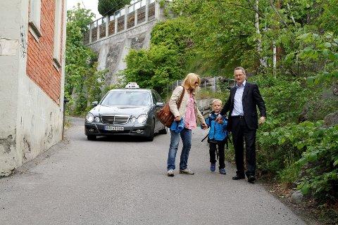 SKOLEVEI: Det er trangt og smalt for Runi Yndestad Dimmen (f.v.), Daniel (6) og Arild Dimmen på skoleveien til Nedre Bekkelaget skole.