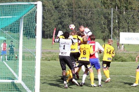 Her avgjøres kampen: Tor Øyvind Reinemo skaller inn 1-0 etter en perfekt slått corner fra Cato Valøy.