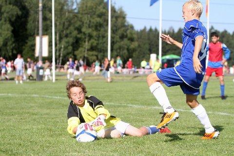 Servitør: Mads Simonsen scoret ikke på Holeværingens keeper, men var nestsist på tre av scoringene.
