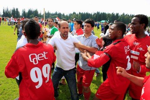 Al-minna-fansen stormet banen etter 1-0-seieren over Holmlia. Så sa det pang.