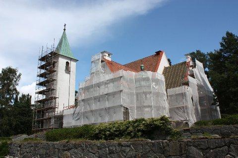 TAK OG FASADER: Bekkelaget kirke er for tiden sterkt preget av reparasjonsarbeider. Både tak og fasader skal utbedres.