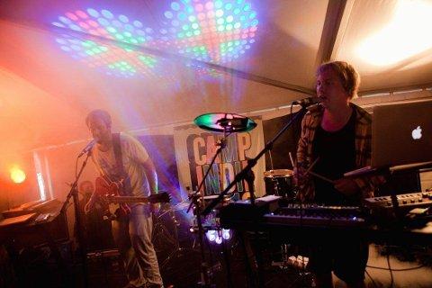 VENNER AV HAN FYREN: Friends Of The Dude med John Erling Johnson (t.v.) og Eirik Kristensen på fjorårets Camp Indie i teltet. I år spiller de på tirsdagens klubbdag, på Dattera til Hagen.