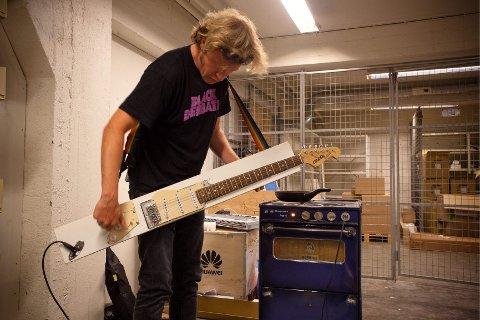 MUSIKK-OG MATKULTUR: Med panelgitar og komfyrforsterker mener Aslag Guttormsgaard at han kan holde varmen i en perfekt kombinasjon av musikk- og matkultur.