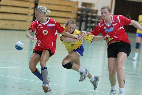 Stoppet: BSKs Martine Welfler blir stoppet i denne kontringen, som resulterer i at Lunners spiller til høyre blir utvist.