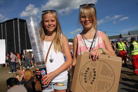 Kaja (12) og Alva (10) Guttormsgaard tjener noen kroner på å samle inn tomme øl- og brusbeger og pizzaesker.