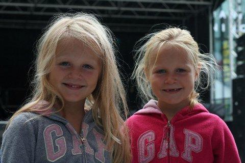 SKOLEJENTER: Frida (t.h.) og Sunniva Pettersen Rotheim bruker sin siste lørdag før de blir skolejenter på Barnas Dag.