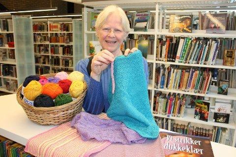 STRIKKEKAFÉ: Wenche Hagelid ved Lambertseter bibliotek ber alle bli med og strikke en bokorm på lørdag.