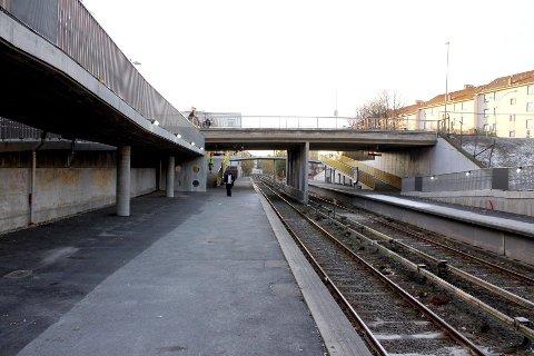 STRIPPED: I forbindelse med at Lambertseter T-banestasjon skulle oppgraderes ble alle benkene fjernet. Nå kommer det nye.