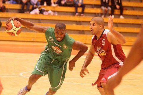 Herlig driv: Orji Okoroafor (venstre) sørget for 28 poeng i kampen mot Centrum Tigers, her i duell med Mustafa Mahnin.