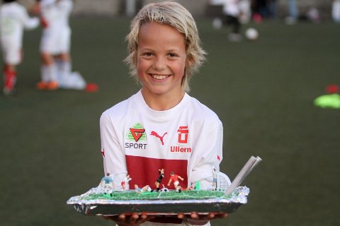 Bursdag: Ikke noe er vel som å kunne spille turnering, ha bursdag og å deretter få en så flott kake. Mikkel Hagen var i hvert fall strålende fornøyd med sin 10-årsdag sist lørdag.