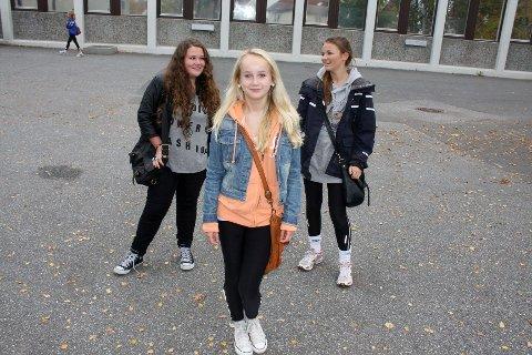 LOKALKJENDIS: Sara Camilla Martinsen (13) synes det er gøy å være på TV og håper på flere skuespillerjobber i fremtiden. Mina Støtvig (fv.) og Emma Otilie Sørlie Oftedal (begge 14) er veldig stolt over venninnen sin.