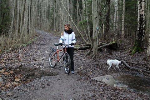 Lene Lorenzen betrakter hullet som utgjør stor fare for syklistene på turveien.