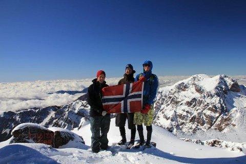 Martin, Gaute og Mads på den snødekte toppen av Toubkal, nord-Afrikas høyeste fjell, i 10 minusgrader.