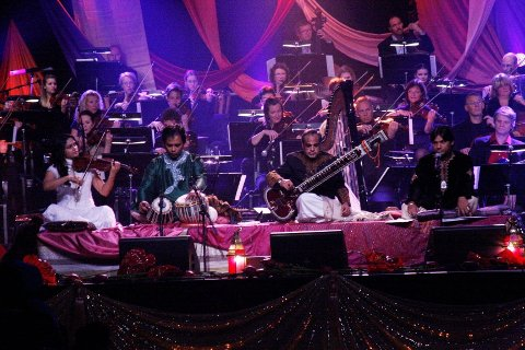 BOLLYWOODSTEMNING: Kringkastingsorkesteret med noen av kveldens solister. Fra venstre: Harpreet Bansal – fiolin, Shahbaz Huusain -tablas, Ashra Sharif Khan – sitar og sangeren Sher Minadad Khan.