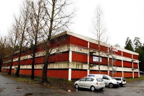 OMSTRIDT: I dette parkeringshuset i Bølerlia 73 er det foreslått å etablere dagligvareforretning, men arbeidet er midlertidig stanset fordi Oslo kommune nå vurderer om eiendommen bør brukes til å utvide Nøklevann skole.