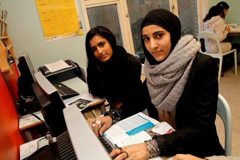Sara Al Isawi (15) og Simran Kaur (15) har gått på Leksesenteret i seks år. De synes nedleggelsen er trist, og vil ikke benytte seg av tilbudet som skal opprettes på skolene fordi det blir for mye bråk og for lite hjelp å få.
