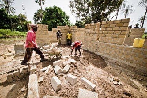 Hver onsdag og lørdag samles hele landsbyen til dugnadsarbeid. Studentene har sammen med lokalbefolkningen kommet godt på vei i prosjektarbiedet med å bygge et nytt kulturbygg i landsbyen Niafourang, i Senegal