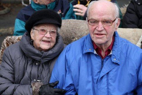 KOSER SEG: Elsa Prøysmo (84 )og Einar Jørgesen (80) synes det er fint at Oppsalhjemmet legger opp til ulike aktiviteter. Her koser de seg i hestevognen som skal ta de med rundtur i Oppsal.