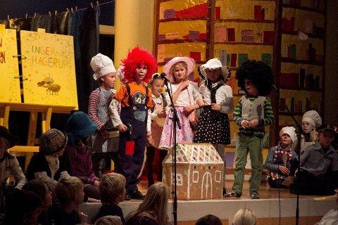 SKAPTE LATTER: Elevene ved Nordstrand barneskole sa at de vill lese. På scenen fikk de bade i både bøker og karakterer fra flere verdener. Her blant annet representert ved Torbjørn Egners Karius og Baktus og tante Sofie.