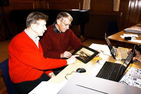GAMLE MOTIVER: Tor Wisløff (t.v.) scanner inn et bilde fra Evind Røssler under scannedagen i 2009.