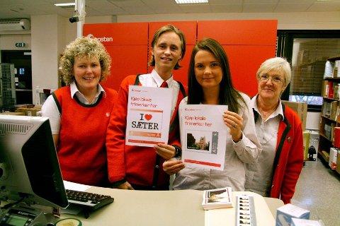 LOKALE FRIMERKER: Eva Græsberg (f.v.), Rasmus Lossius, Stine Finstad Grand og Inger Wilson viser stolt fram de lokale frimerkene på Nordstrand postkontor.