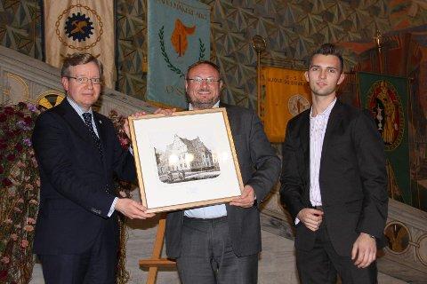 OPPLÆRINGSPRIS: Byråd Ødegaard overrekker Oslo kommunes fagooplæringspris til Stiansen og Statholdergaarden.
