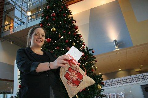 FRA SINE: Prosjektleder for julegaveinnsamlingen, Sine S. Astad, har handlet en gave til en gutt mellom 7 og 10 år. Dette er en av mange gaver som skal gir til Fattighuset.