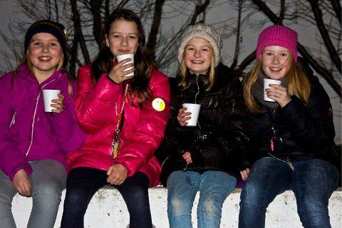 GLØGGE JENTER: Thea (11), Hilde (11), Helene (11) og Andrea (11) koste seg med hver sin gløgg når juletreet ved Tveita Skole ble tent i går.