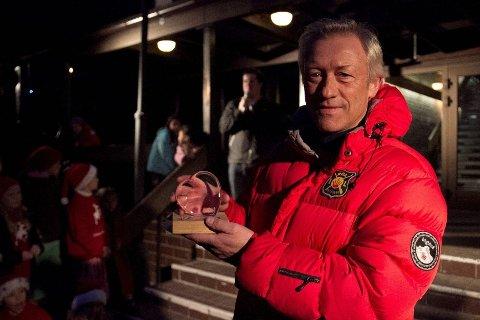 I den røde jakken: Lars Buer med sin hederspris i sin sedvanlige røde Røa-jakke. – Det er så mange imponerende sjeler som tar i et tak her i nærmiljøet, som ikke synes i det hele tatt. Denne prisen blir derfor på vegne av veldig mange, sa han om prisen.