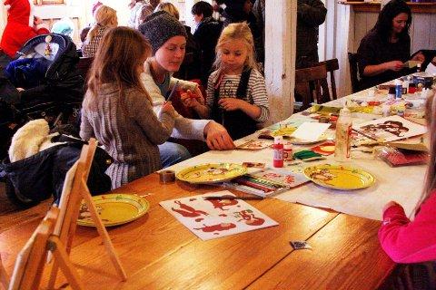 FØRJUL: Tradisjonen tro inviterer de gode hjelperne på Årvoll gård til trivelige førjulsaktiviteter. Her er det Jenny Elisabeth Kallager Sagedal, Lea Marie Valan og Miriam Valan som legger siste finpussen på julekortene.