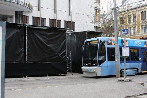 Kollektivtrafikken går som normalt mens rettssaken går. Utenfor Tinghuset er forberedelsene allerede godt i gang.