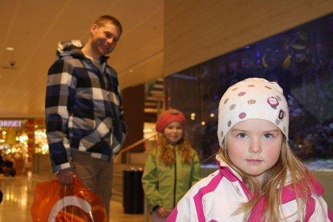 USIKKER: Tobarnsfar Dag Harald Bakken er usikker på hva døtrene Ingrid (8) og Maja (4) får med seg rundt terrorsaken. FOTO: JULIE MESSEL
