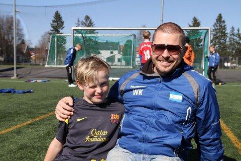 FOTBALLGLADE: Edward (10) og pappa Werner trives godt på fotballbanen, og er glad familien var på ferie 22. juli i fjor.