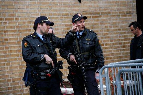 Væpnet politi vokter gatene rundt Tinghuset.