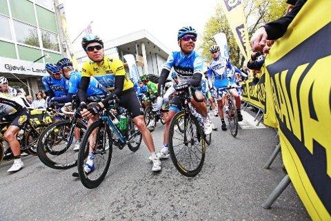 FØR START: Edvald Boasson Hagen (Sky) nøt tilværelsen i den gule ledertrøyen før starten på femte og siste etappen i årets Glava Tour som gikk fra Gjøvik til Hønefoss.