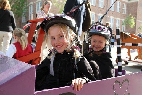 GIRLPOWER: Powergirls jentene Maren (i dag 8 år) og Tuva (7) i sin superheltinnebil.
