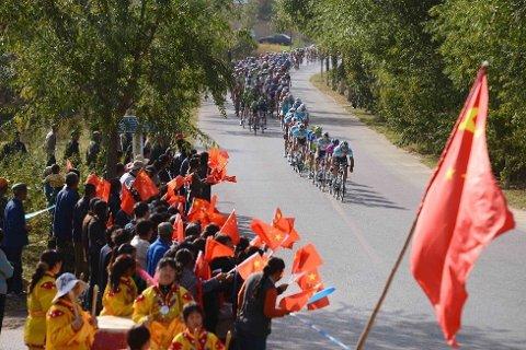 TAR SEG OPP: Vi starter denne bildeserien med noen bilder fra omgivelsene rundt Tour of Beijing. Man kan definivt ikke si at det er folksomt langs løypa, men årets utgave av world tour-rittet har vist seg å være noe med mer positiv med tanke på antall tilkueren enn debutåret i 2011.
