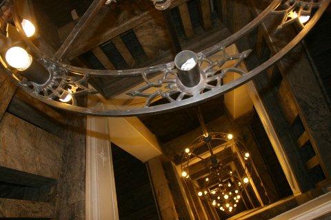HØYT OPP: Denne sju etasjer høye lysekronen er blant severdighetene inne i telegrafbygningen.