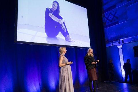 PRISUTDELER: Kronprinsesse Mette-Marit delte ut pris under årets Nåløyet-pris.