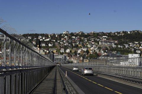 Utsikt fra toppen av Tromsøbrua mot Tromsø sentrum.