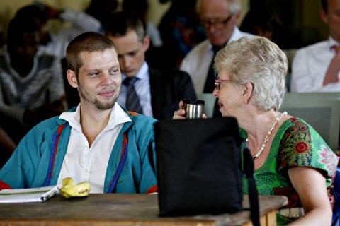 SLITEN: Kari Hilde French har en samtale med sønnen i rettslokalet fredag. French ser sliten ut, men smiler og virker samtidig mer opplagt ut enn på slutten av rettsdagen tirsdag. Foto: Marte Christensen / NTB scanpix