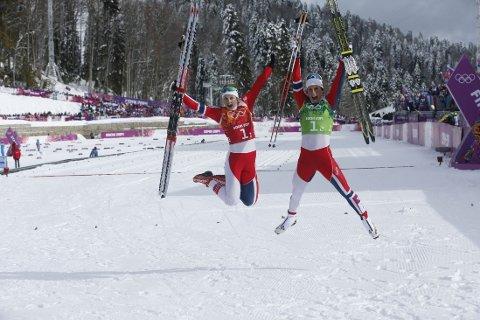 TO GLADE JENTER: Ingvild Flugstad Østberg og Marit Bjørgen jubler for OL-gull.