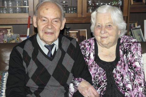 HOLDER SAMMEN: Alve og Else Marie Gullholm feirer 70 års bryllupsdag i dag. Dagen feires sammen med hele familien. Foto: Linda Ingier