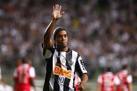 Ronaldinho vinker til Atletico Mineiro-fansen.