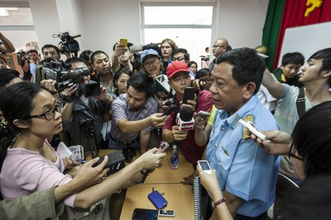 ULØST MYSTERIE: Representant for vietnamesiske styresmakter Do Minh Tuan gir siste nytt om leteaksjonen på en pressekonferanse 11. mars.