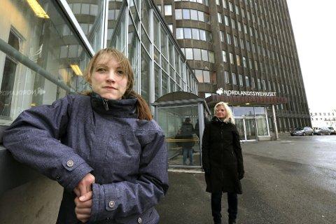 Jeanette Andreassen (foran) er spesialsykepleier. Arbeidsgiveren, Nordlandssykehuset, oppfordret henne til å ta etterutdanning, men kunne kun gi henne under halv fast stilling da hun var ferdig utdannet. Foretakstillitsvalgt i Norsk Sykepleierforbund, Merete Lian (bak), karakteriserer dette som sosial dumping.